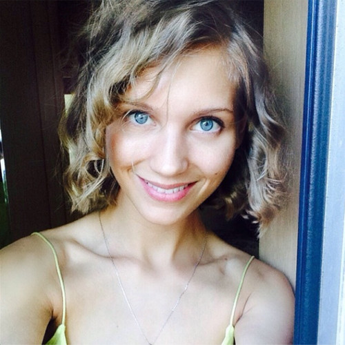 Кристина Асмус коротко подстриглась