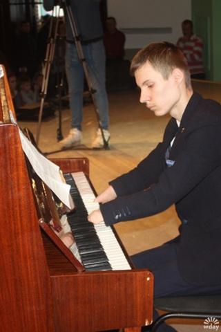 Пианист без рук из Казани Алексей Романов