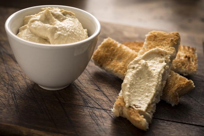 тосты из цельнозернового хлеба с хумусом