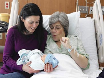 Сара Коннел, Кристен Кейси и новорожденный в больнице Чикаго