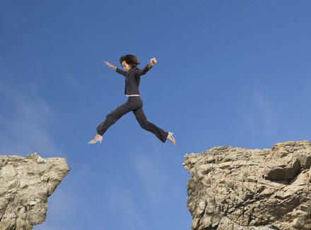 Женщина, прыгающая со скалы