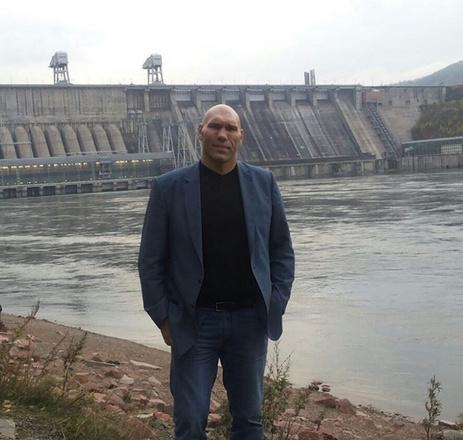 Николай Валуев около Красноярской ГЭС