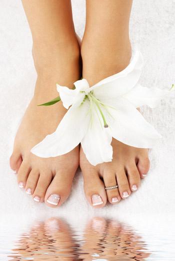 Прежде чем нанести на кожу ног косметическое средство, ополосните их прохладной водой. Это приведет сосуды в тонус, и кожа воспримет больше полезных веществ.