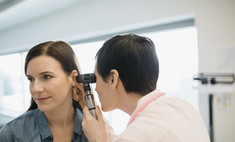 Мочка уха шелушится и чешется – причины и способы решения