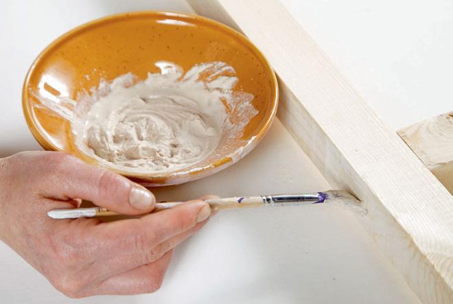 Если на створках обнаружились трещины и прочие дефекты, их замазывают шпаклевкой для дерева и зачищают наждачной бумагой.