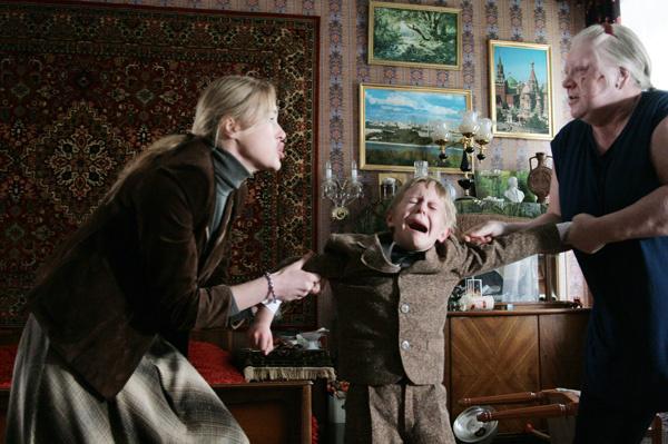 В фильме «Похороните меня за плинтусом» бабушку сыграла Светлана Крючкова, а маму – Мария Шукшина.