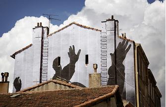 Марсель (Франция), 2013 год, проект «Без рамы». Еще одна фотография из семейных архивов получила новую жизнь на городской стене в квартале искусств La Friche на месте бывшей табачной фабрики.