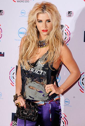 Певица придерживается образа озорной рок-девчонки c растрепанными волосами и броским макияжем.