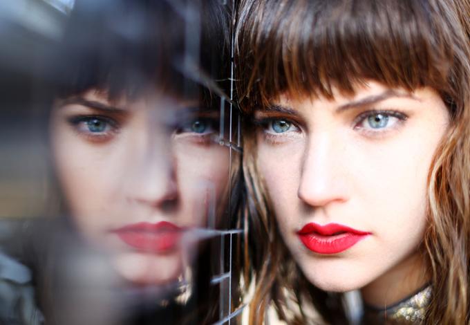 Женщина и ее отражение