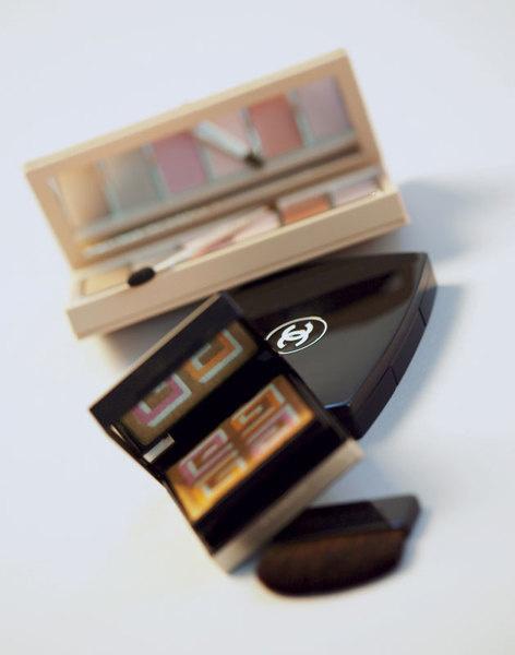 Сверху вниз: палитра для глаз и губ Diorissime; компактная пудра Mat Lumiere, Chanel; компактная пудра Logo Sunkissed, Givenchy.