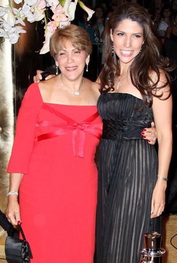 Мама и сестра Дженнифер (Гваделупе и Лиза Лопес)