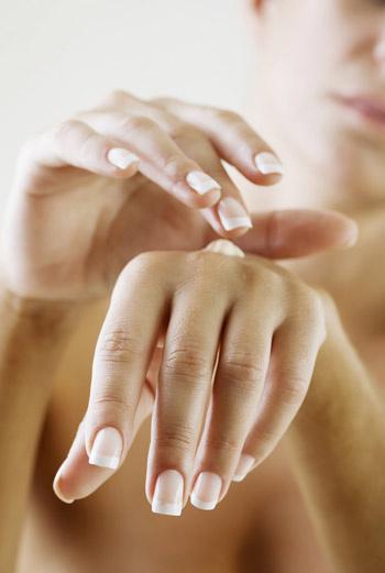Быстрее избавиться от расслоения ногтей помогут косметические средства: масло, лимон, морская соль и укрепляющие лаки для ногтей.