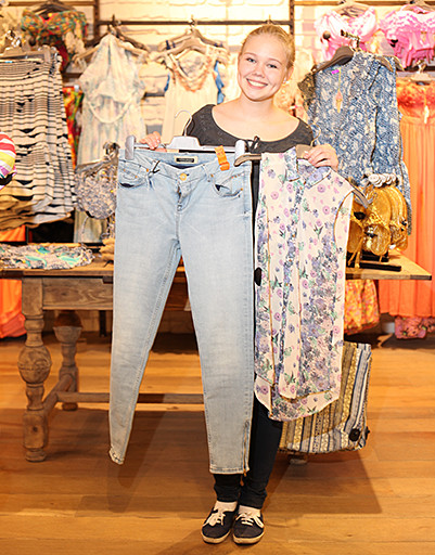 Саша отдала предпочтение яркому принту и голубым джинсам