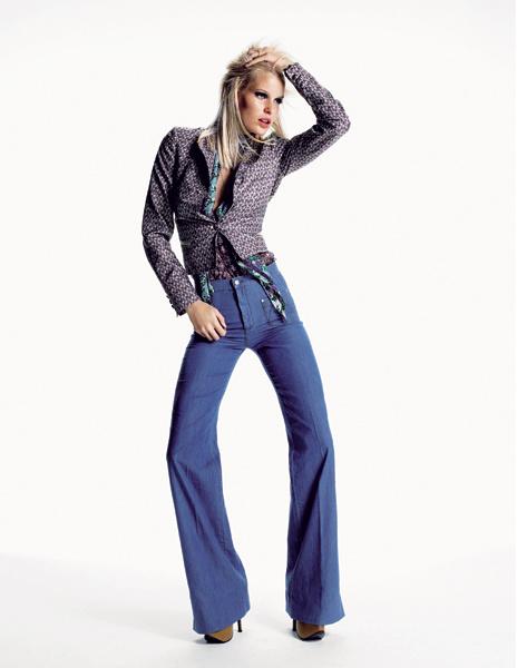 Roberto Cavalli. Джинсы с завышенной талией – главная вещь в коллекции и новый богемный стиль. Шелковые жакеты, блуза, джинсы, шелковый платок, все— Roberto Cavalli; колье, Alex Monroe.