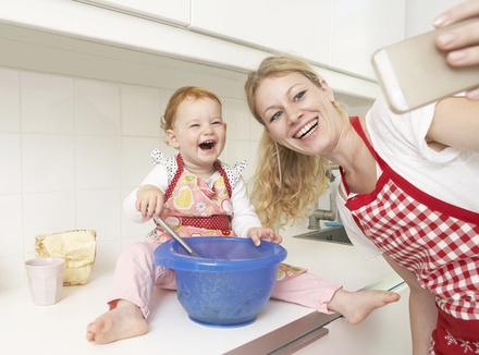 Почему нас раздражают «идеальные матери»?