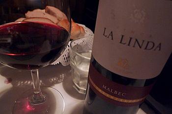 Не забудьте заказать к мясу бокал местного красного вина - отличный ужин гарантирован!