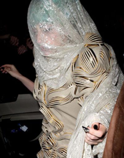 Леди ГаГа (Lady GaGa) меняла образы несколько раз за ночь.