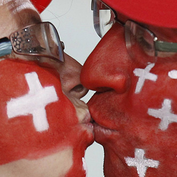 Грустно болеть за неудачников: швейцарским фанатам лишь оставалось развлекать себя самим...