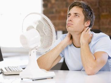 Мужчина, изнывающий от зноя на работе