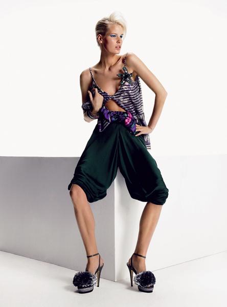 Giorgio Armani. Современная ткань и мягкие объемы – это настоящая форма вещей. Топ, шелковые брюки, пояс, все — Giorgio Armani; браслеты, Mawi; кожаные босоножки, Armand Basi.