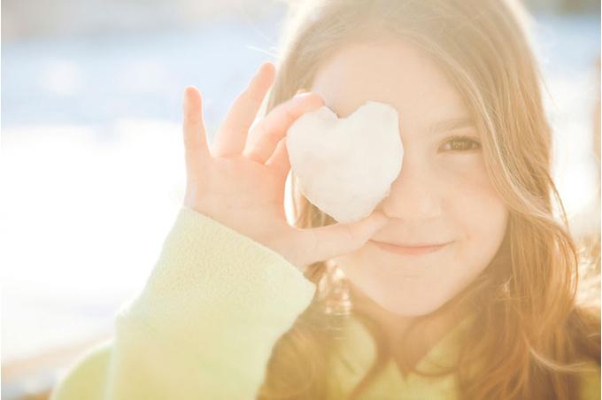Девочка и сердечко из снега