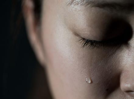 Молодая женщина плачет