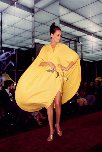 Модель в платье Halston, сделанном на заказ, 1978 год.