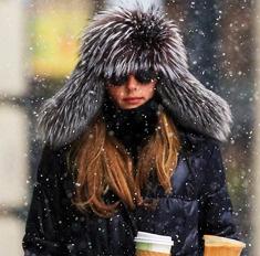 Как носить зимние куртки и пуховики: 10 идей от звезд