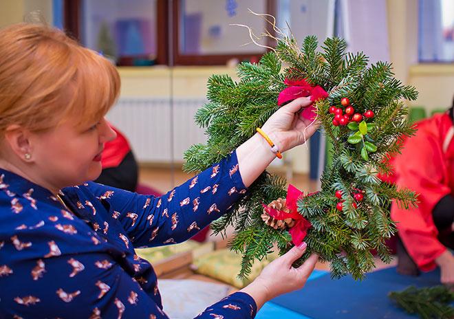 Как украсить дом на Новый год 2015: рождественский венок своими руками, украсить елочные шары фото