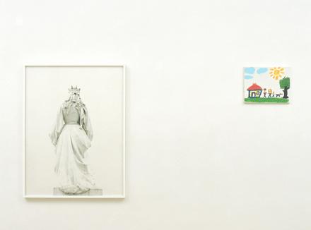 Рисунок ребенка на стене галереи