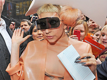 Леди ГаГа (Lady GaGa) в костюме-презервативе