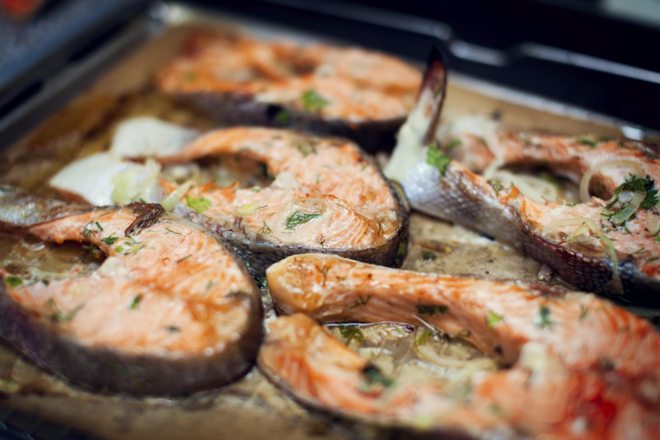 Благодаря приготовлению в духовке в рыбе и других продуктах, с которыми готовится рыба (например, овощах), сохраняются все ценные свойства.