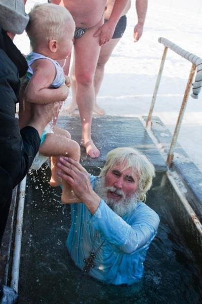 Окунать ли ребенка в прорубь на Крещение