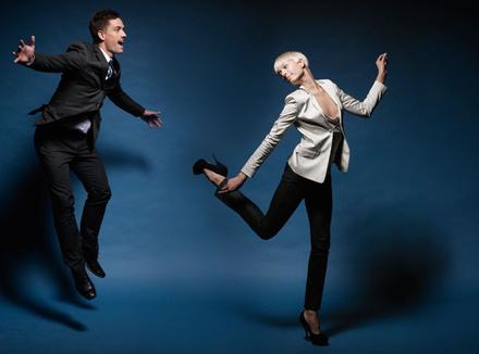 Люди танцуют