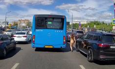 Что происходит на видео: обнаженная женщина на московской улице