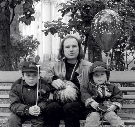 Алексей Балабанов, режиссер, с сыновьями, фото