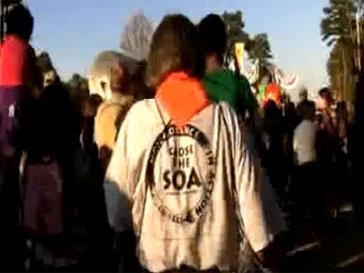 Каждый год у ворот базы Форт Беннинг собираются тысячи активистов
