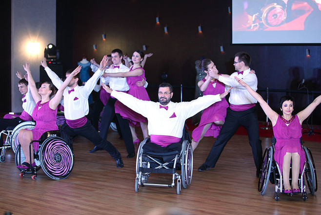 В Челябинске выступили танцоры на инвалидных колясках