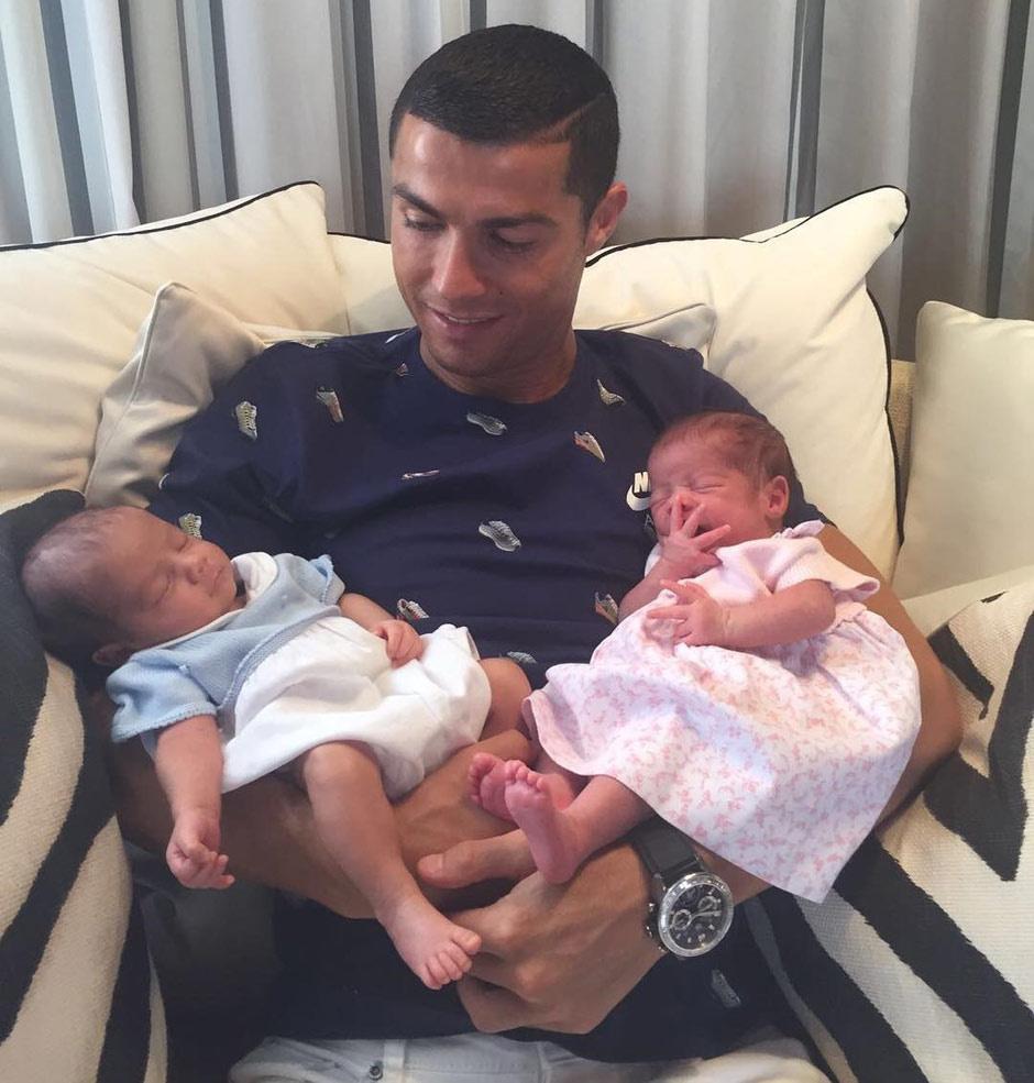 Криштиану Роналду показал новорожденных близнецов