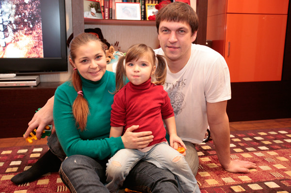 С мужем Дмитрием Орловым и дочкой Таней в московской квартире, 2009 год.