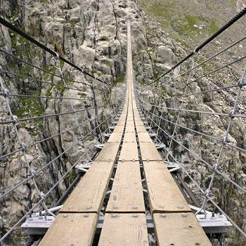 Висячий мост Trift Suspension Bridge, что в Швейцарии, был укреплен в 2009 году, но все равно очень страшит туристов, особенно во время ветреной погоды.