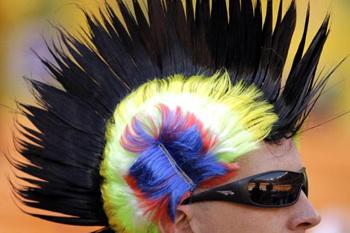 Разноцветный футбольный ирокез олицетворяет свободу: можно было болеть за Бразилию, а можно - за Францию!