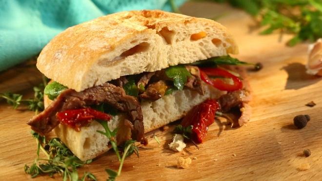 Сэндвичи с ростбифом и зеленым салатом