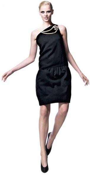1960 Ив Сен- Лоран для Christian Dior. Коллекция haute couture осень—зима Платье из крепа, брошь в форме цветка из бриллиантов, драгоценных камней и жемчуга, жемчужное ожерелье, атласные туфли-лодочки.
