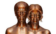 Джастина Бибера и его девушку отлили в образе Адама и Евы