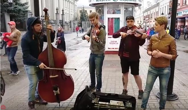 В центре Казани уличные музыканты сыграли песню про Путина