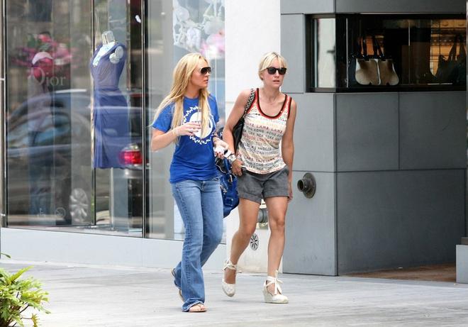 Линдсей и Дина Лохан во время шопинга