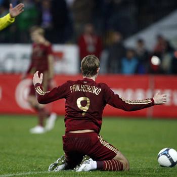 Роману Павлюченко вчера оставалось лишь развести руками: игра не шла ни у него, ни у его партнеров по сборной.