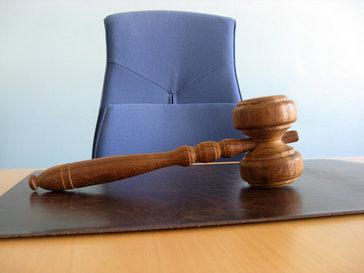 Судейские кресло и молоток
