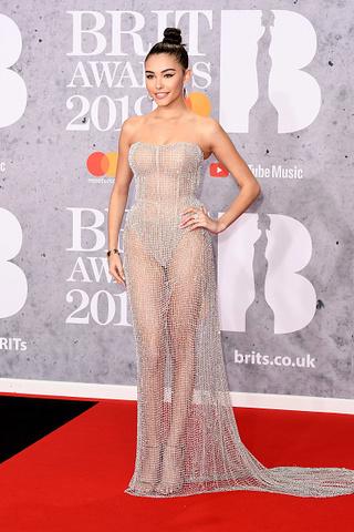 15 нелепых нарядов с красной дорожки BRIT Awards